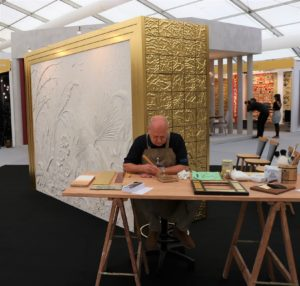 Gold-leaf-engraving-demonstration-Decorex-2018-pigmentti